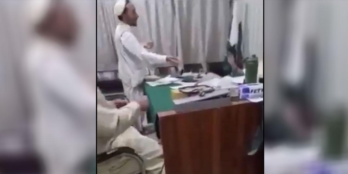 بول نیوز اردو - طور خم، لیڈی ڈاکٹر کی مبینہ رشوت لینے کی ویڈیو سامنے آگئی thumbnail